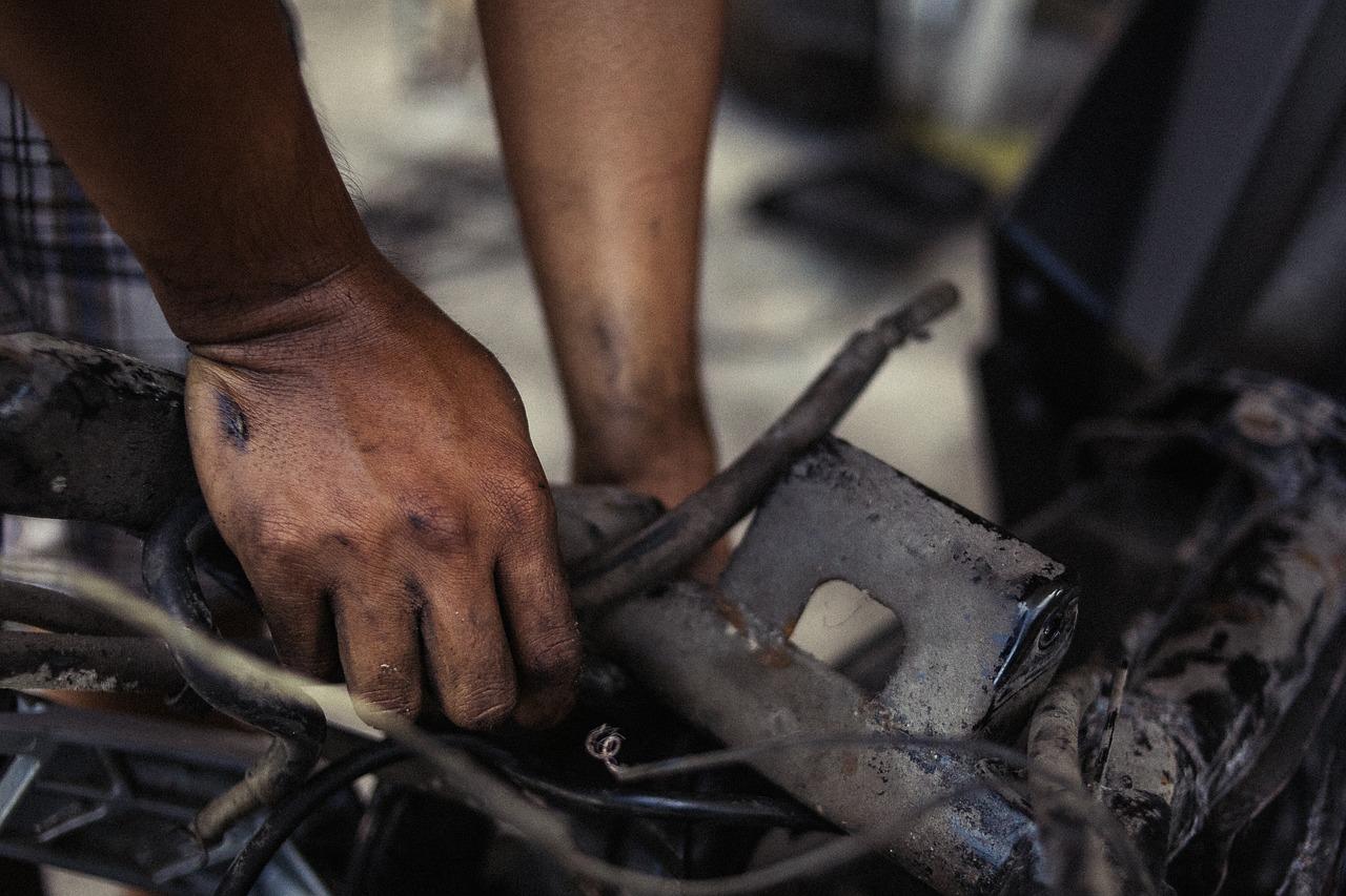 how much do dirt bike mechanics make